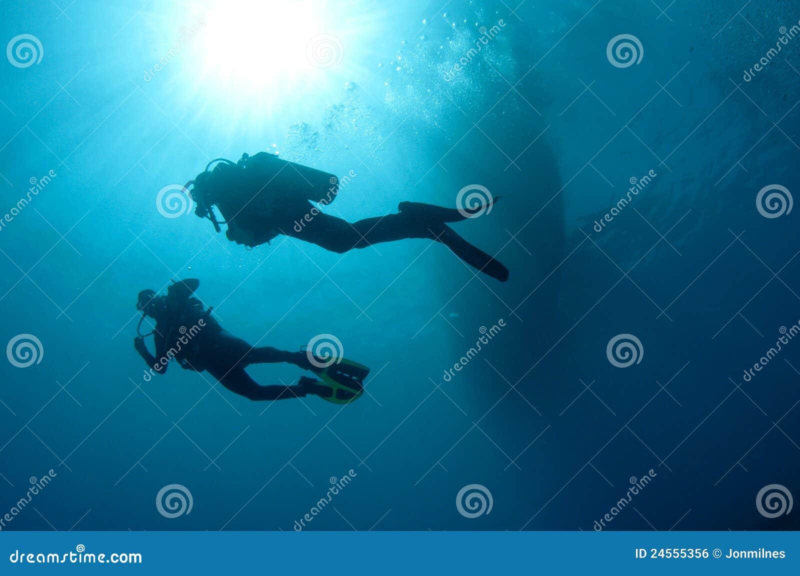 De scuba-duikers van Sihlouetted