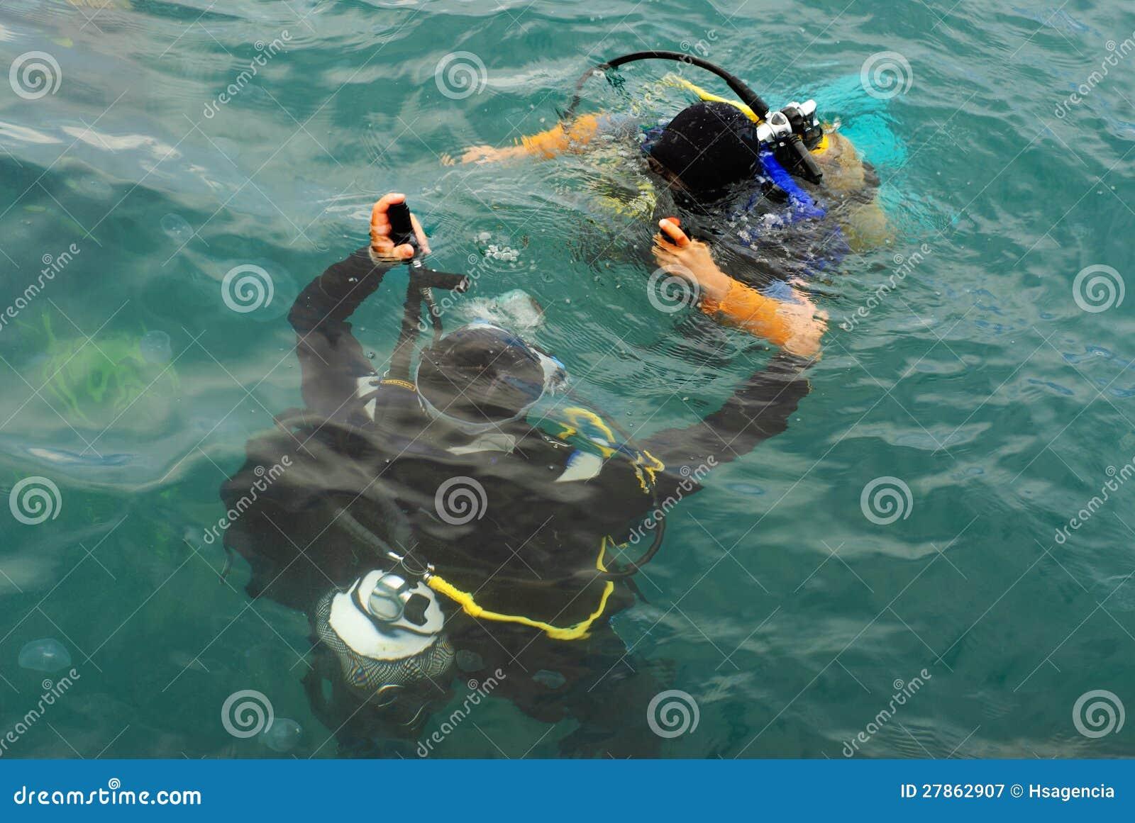 De scuba-uitrusting van scuba-duikers duikt in overzees