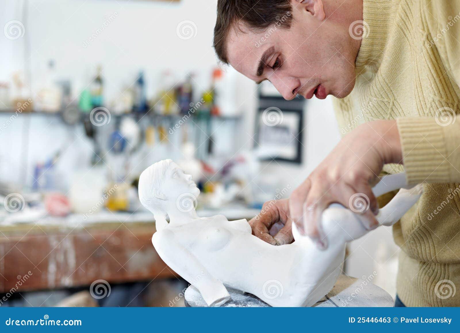 De sculpteur pattes d attache prudemment à la statuette