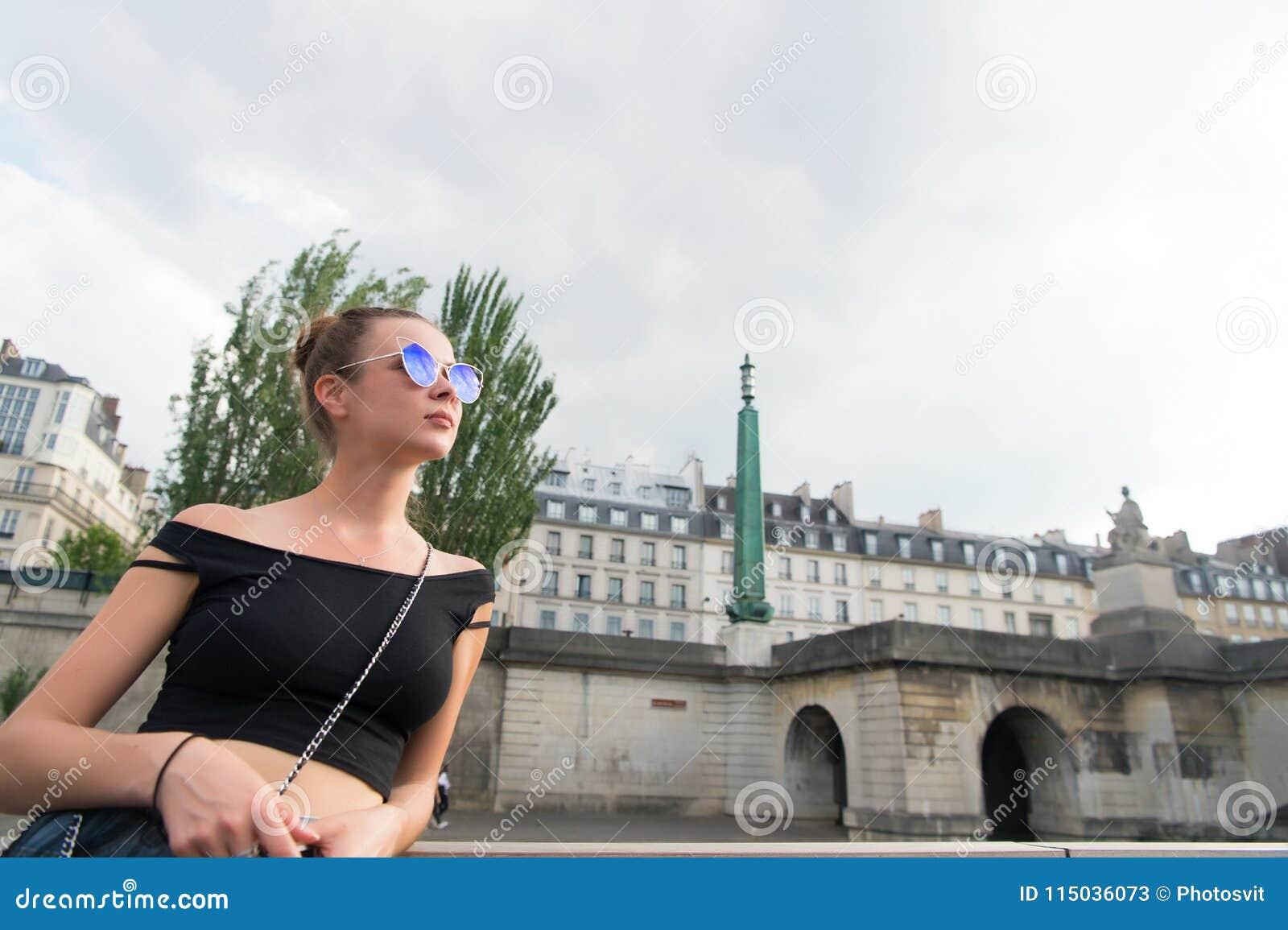 De sensuele zonnebril van de vrouwenslijtage op cityscape Vrouw in sexy vest in Parijs, Frankrijk Zwerflust of vakantie en reizen