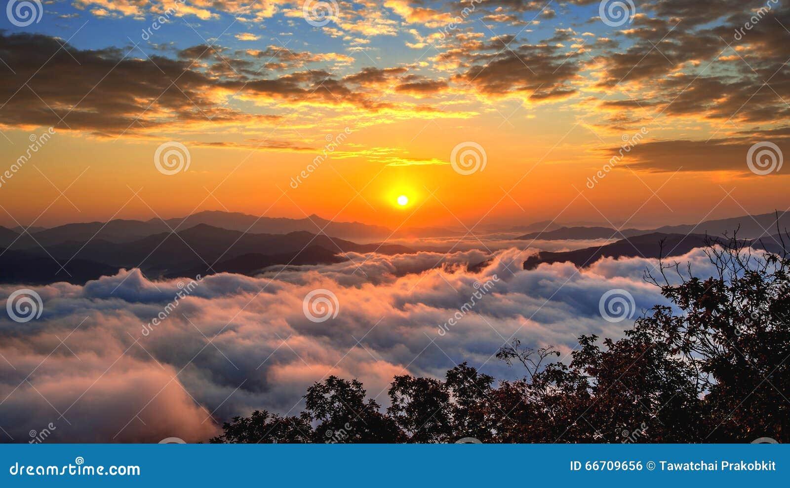 De Seoraksanbergen wordt behandeld door ochtendmist en zonsopgang in Korea
