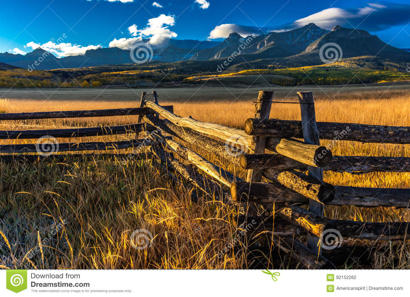 28 de septiembre de 2016 - San Juan Mountains In Autumn, cerca de Ridgway Colorado - de Mesa de Hastings, camino de tierra al tel