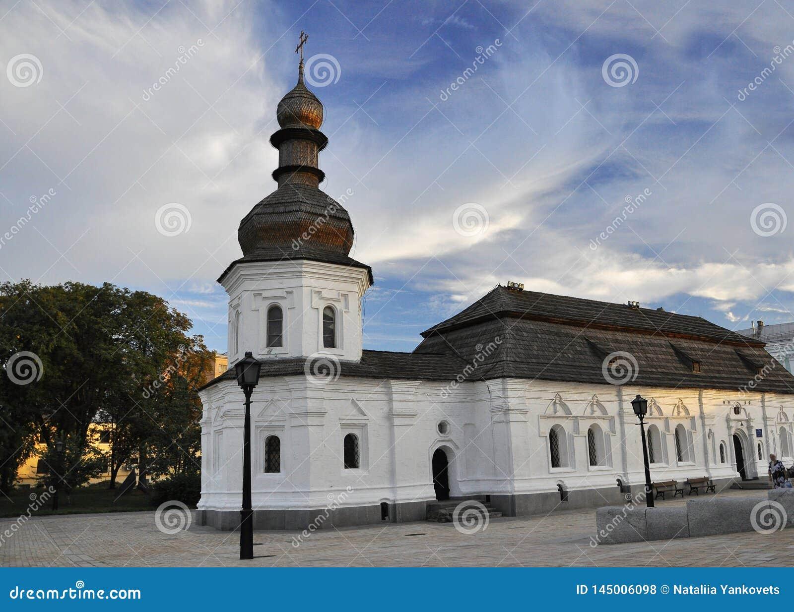 12 de setembro de 2010 - arquitetura hist?rica antiga no centro de Kiev contra o c?u azul com nuvens brancas