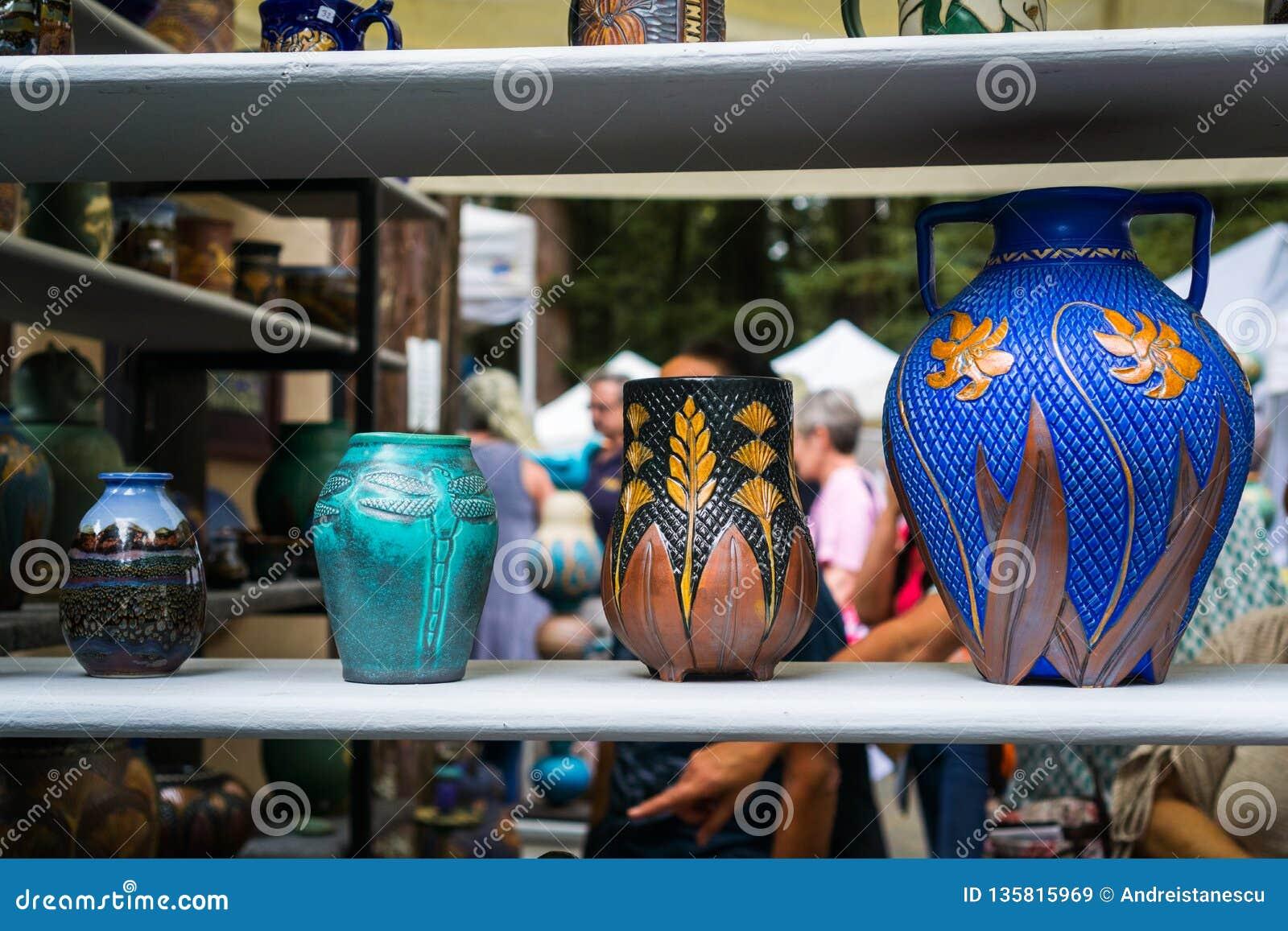 4 de setembro de 2017 Woodside/CA/USA - vasos de flor coloridos Handcrafted indicados nos reis Montanha Art Fair situado na skyli