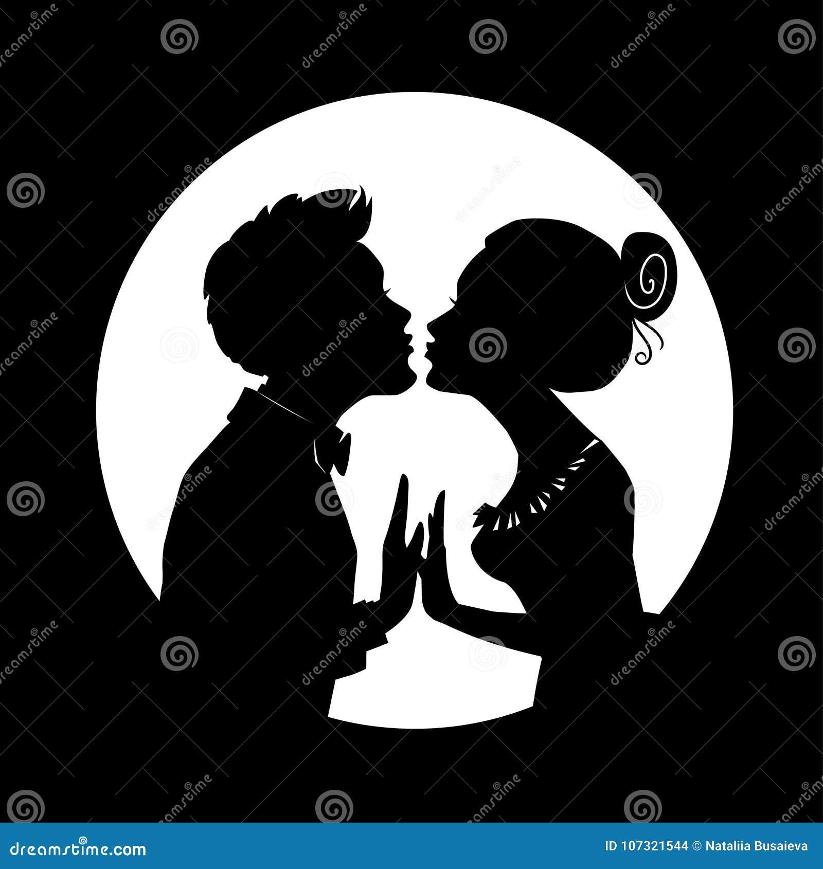 De silhouetten van de mens en vrouw voegen in kus op achtergrond van grote maan samen De kaart van de groet voor valentijnskaarte