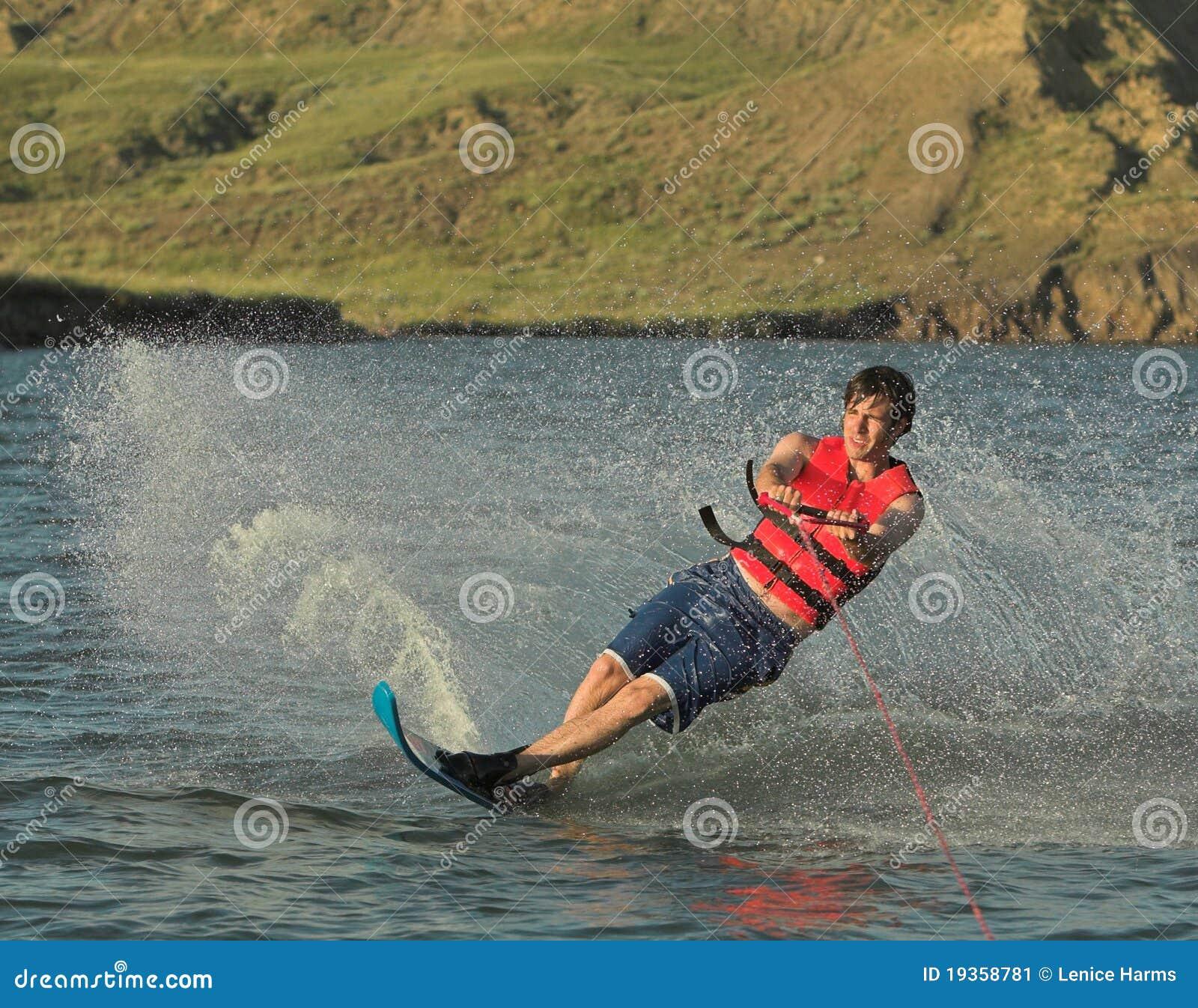 De skiër van het water op meer