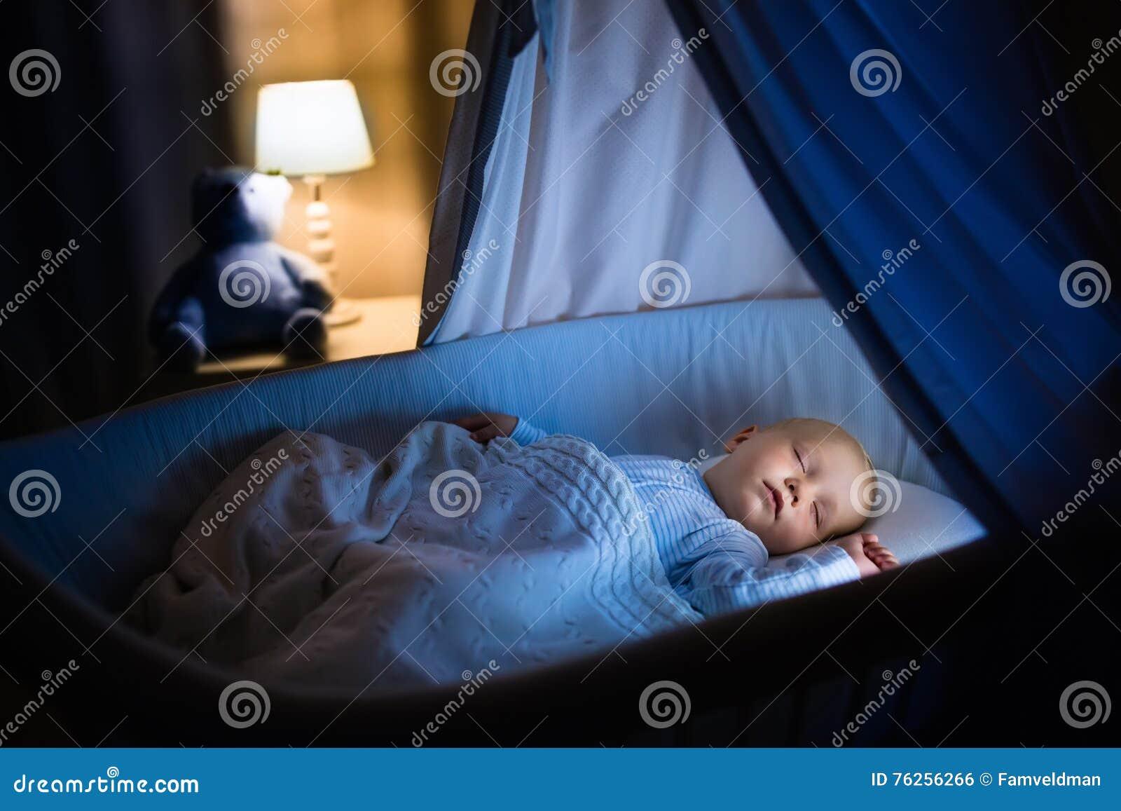 De slaap van de babyjongen bij nacht stock foto afbeelding