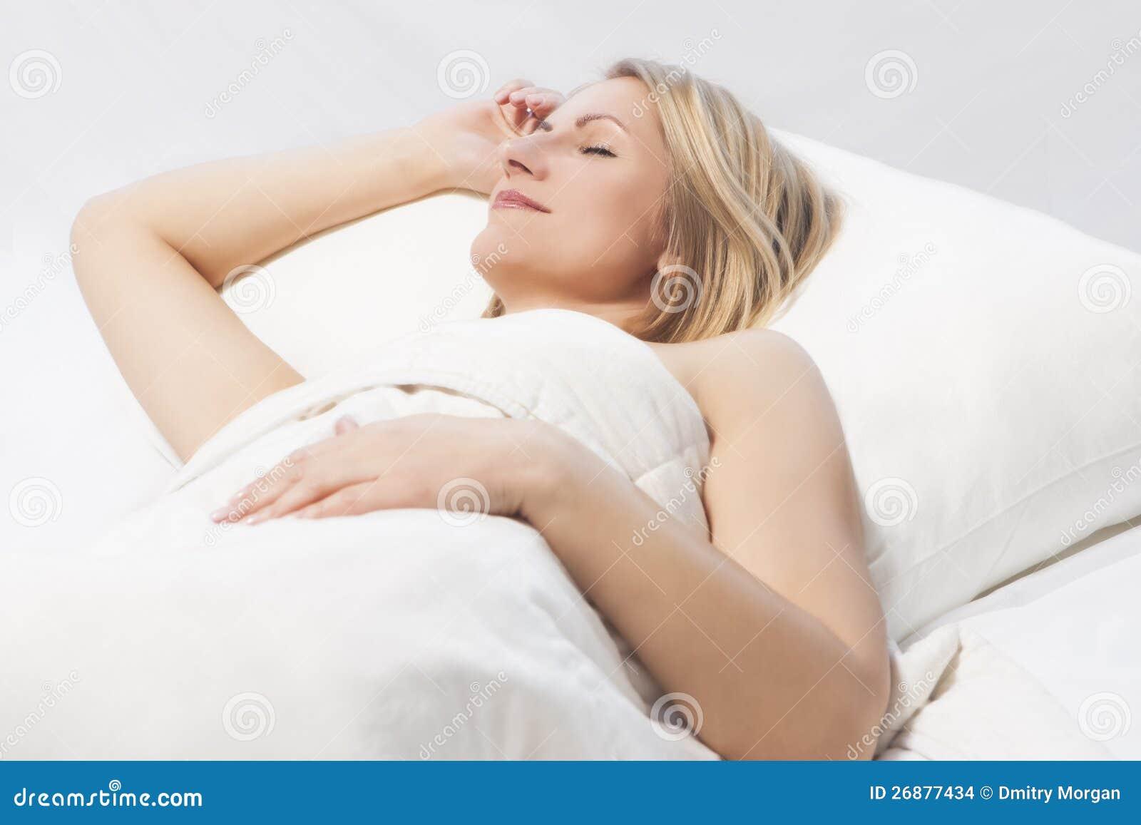 De slaap van de vrouw met een aardige glimlach