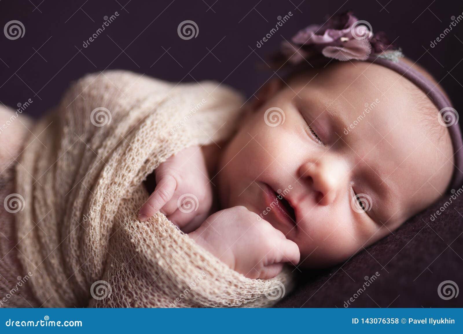 De slaap van het de babymeisje van de close-upzuigeling bij achtergrond Pasgeboren en mothercare concept