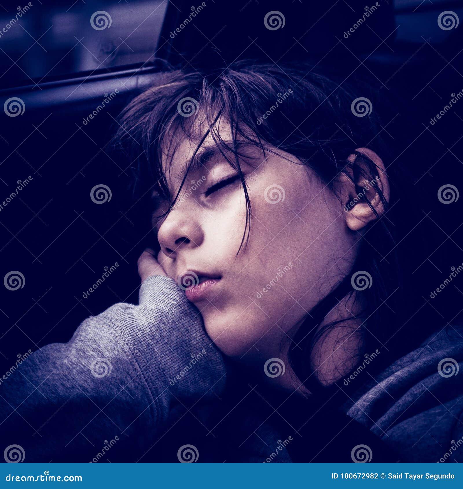 De slaap van het meisje in een auto