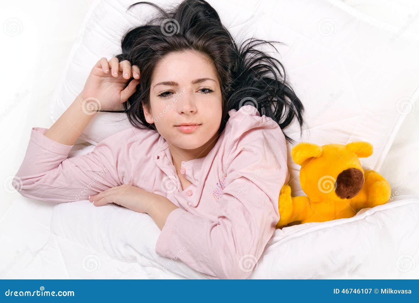 De slaap van het meisje met teddybeer