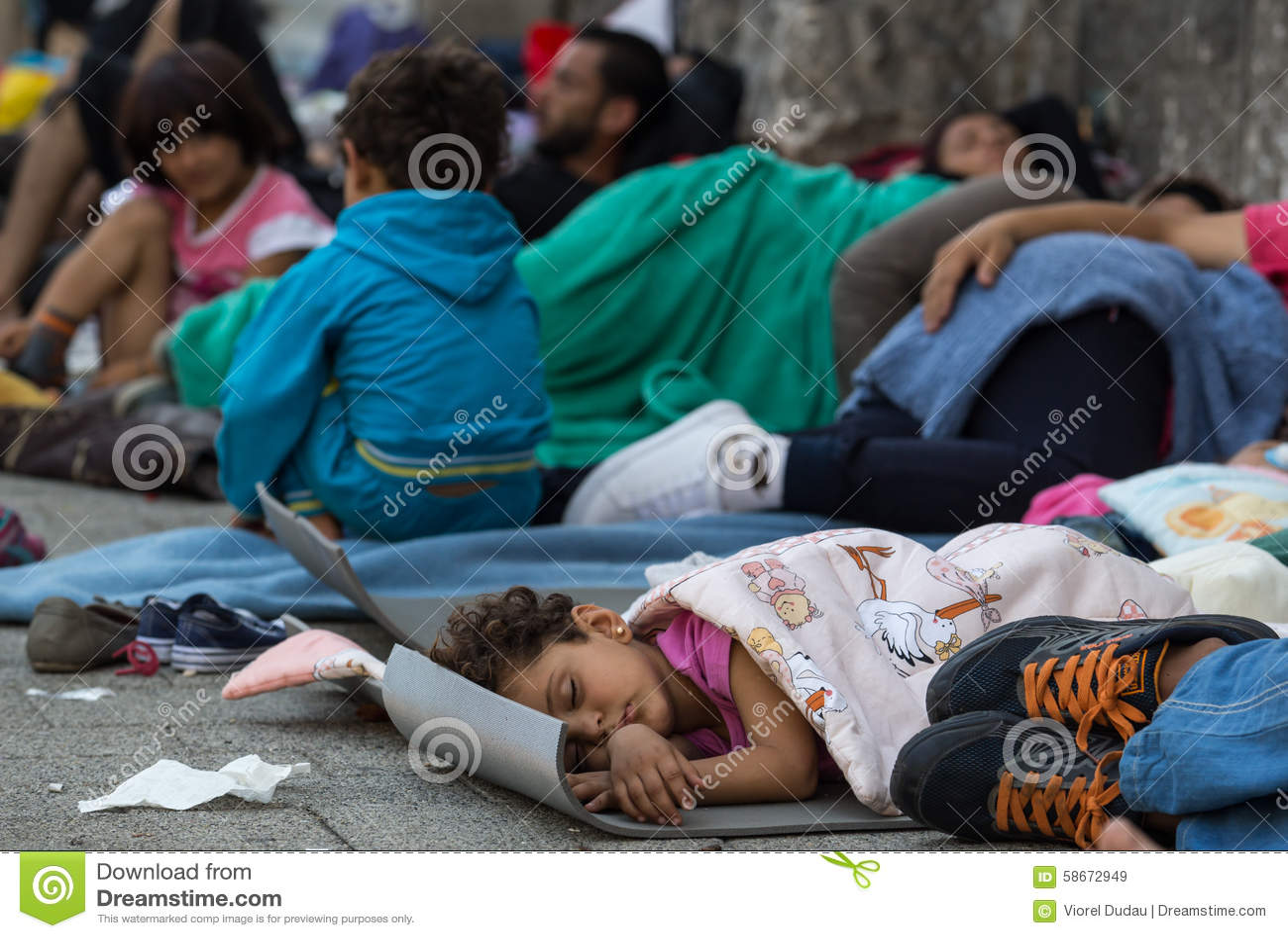 De slaap van het vluchtelingskind bij Keleti-station in Boedapest