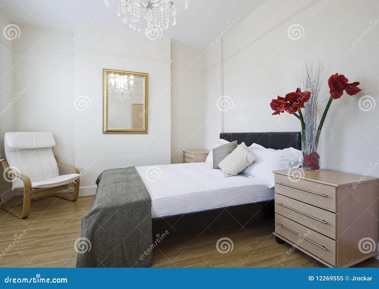 De slaapkamer van de luxe met bloemen