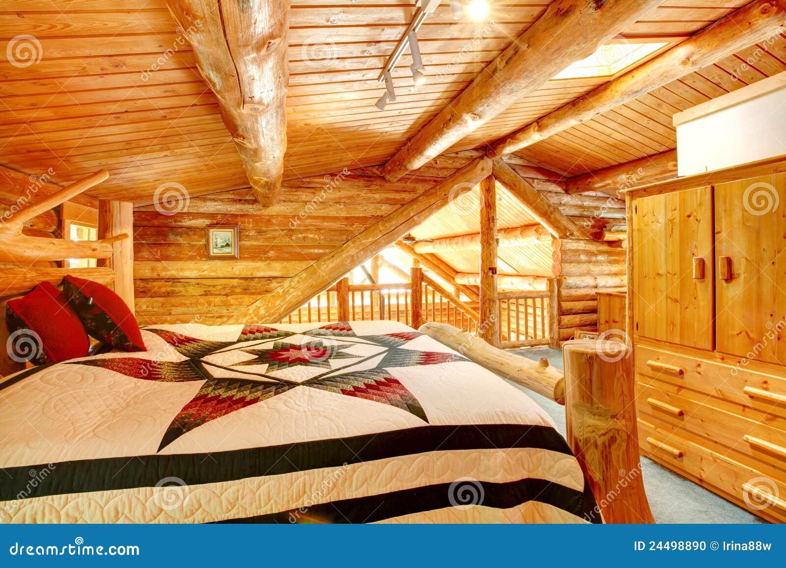 De slaapkamer van het blokhuis onder houten groot plafond. stock ...