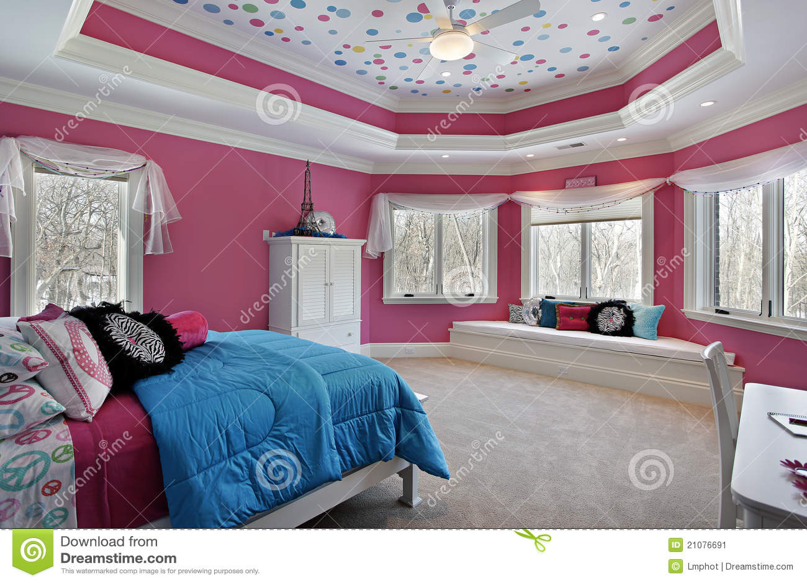 De slaapkamer van het meisje met roze muren stock afbeelding afbeelding 21076691 - Slaapkamer van een meisje ...