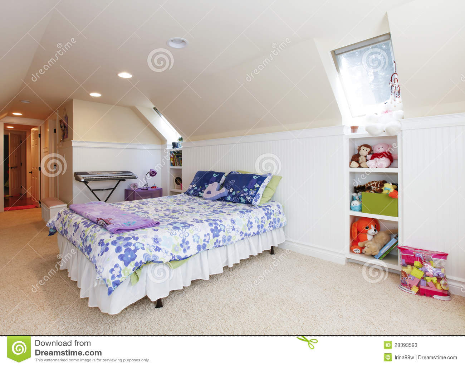 De slaapkamer van het meisje met zolderplafond en beige tapijt met ...