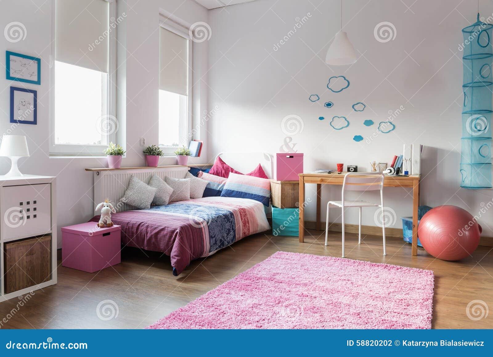 De slaapkamer van het tienermeisje stock foto afbeelding 58820202 - Slaapkamer van een meisje ...