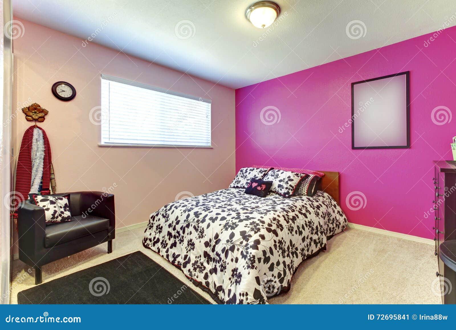 De slaapkamer van het tienermeisje met heldere roze muur en