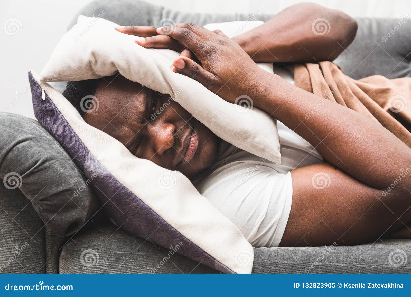 De slaperige kerelontwaken vroeg na het horen van wekkersignaal en willen niet opstaan