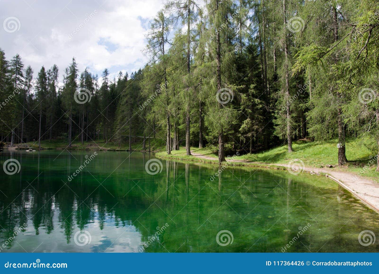 De sleep op het smaragdgroene meer
