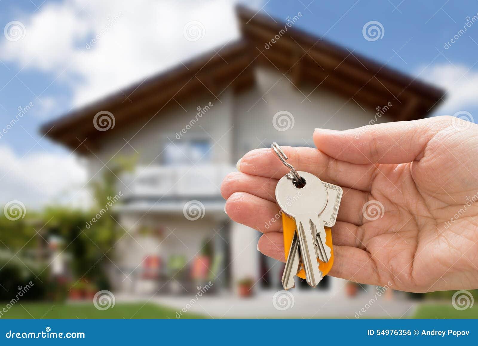 De sleutel van het de holdingshuis van de persoonshand