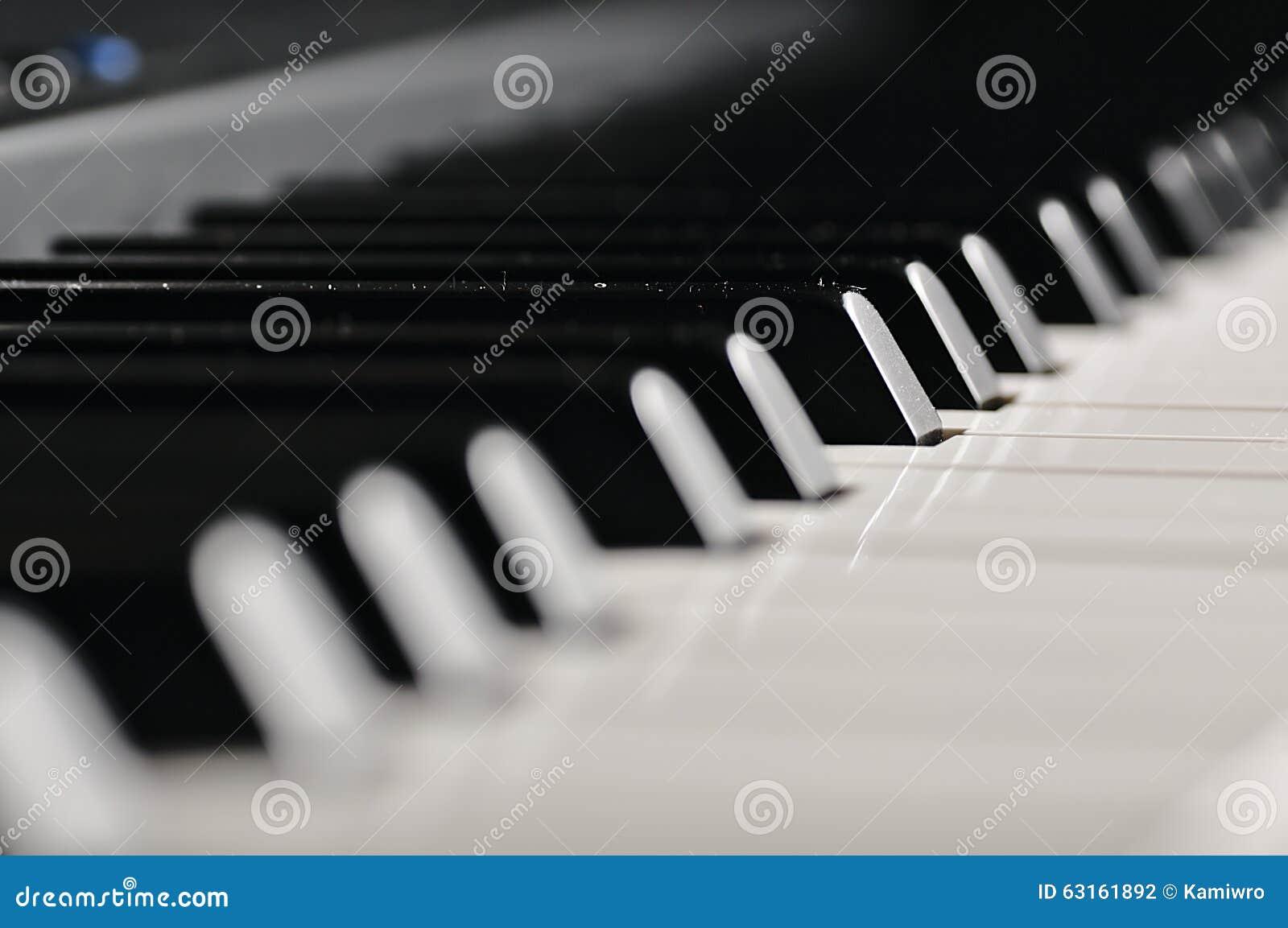 De sleutels van de piano Muzikaal instrument op stadium