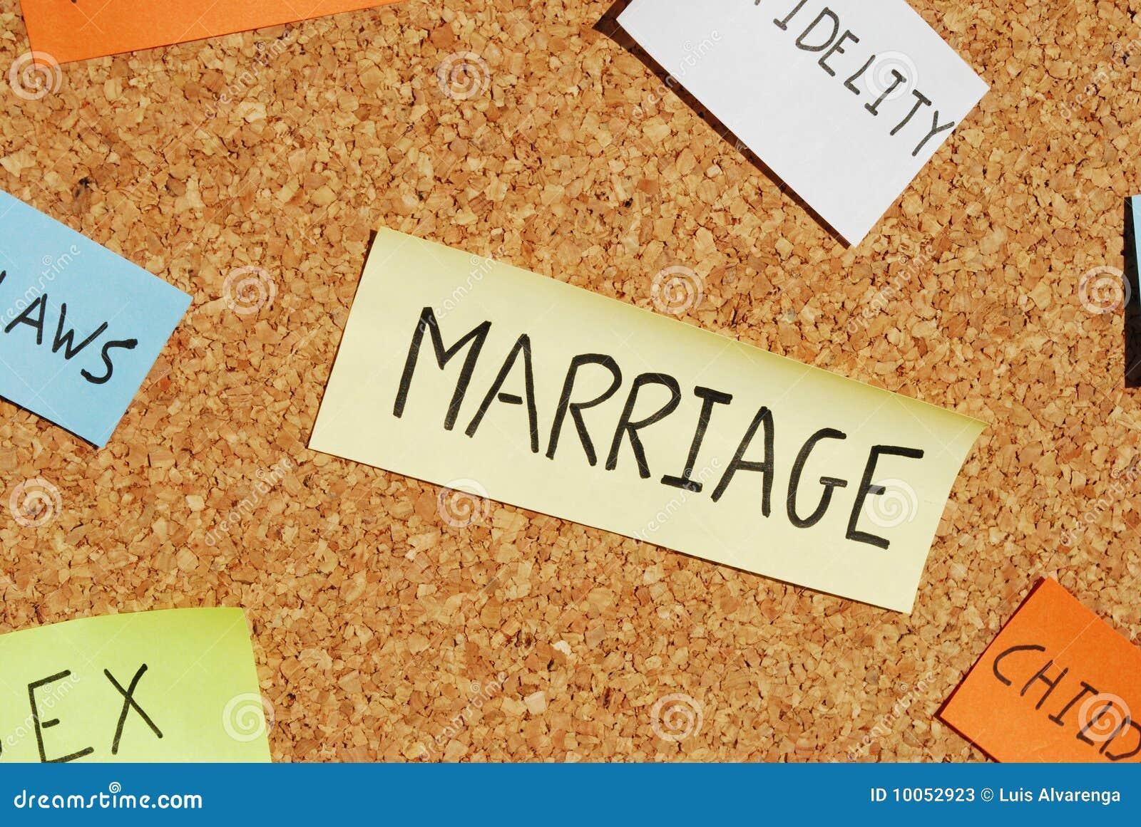 De sleutelwoorden van het huwelijk op een kleurrijke cork raad