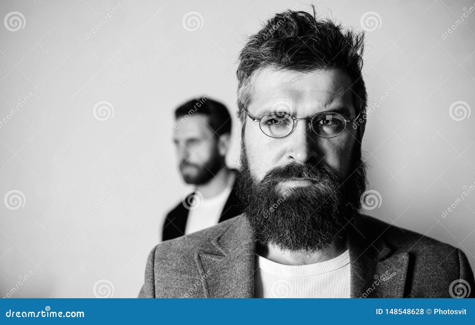 De slijtageoogglazen van mensen knappe gebaarde hipster Ooggezondheid en gezicht Optica en visieconcept Oogglazentoebehoren voor