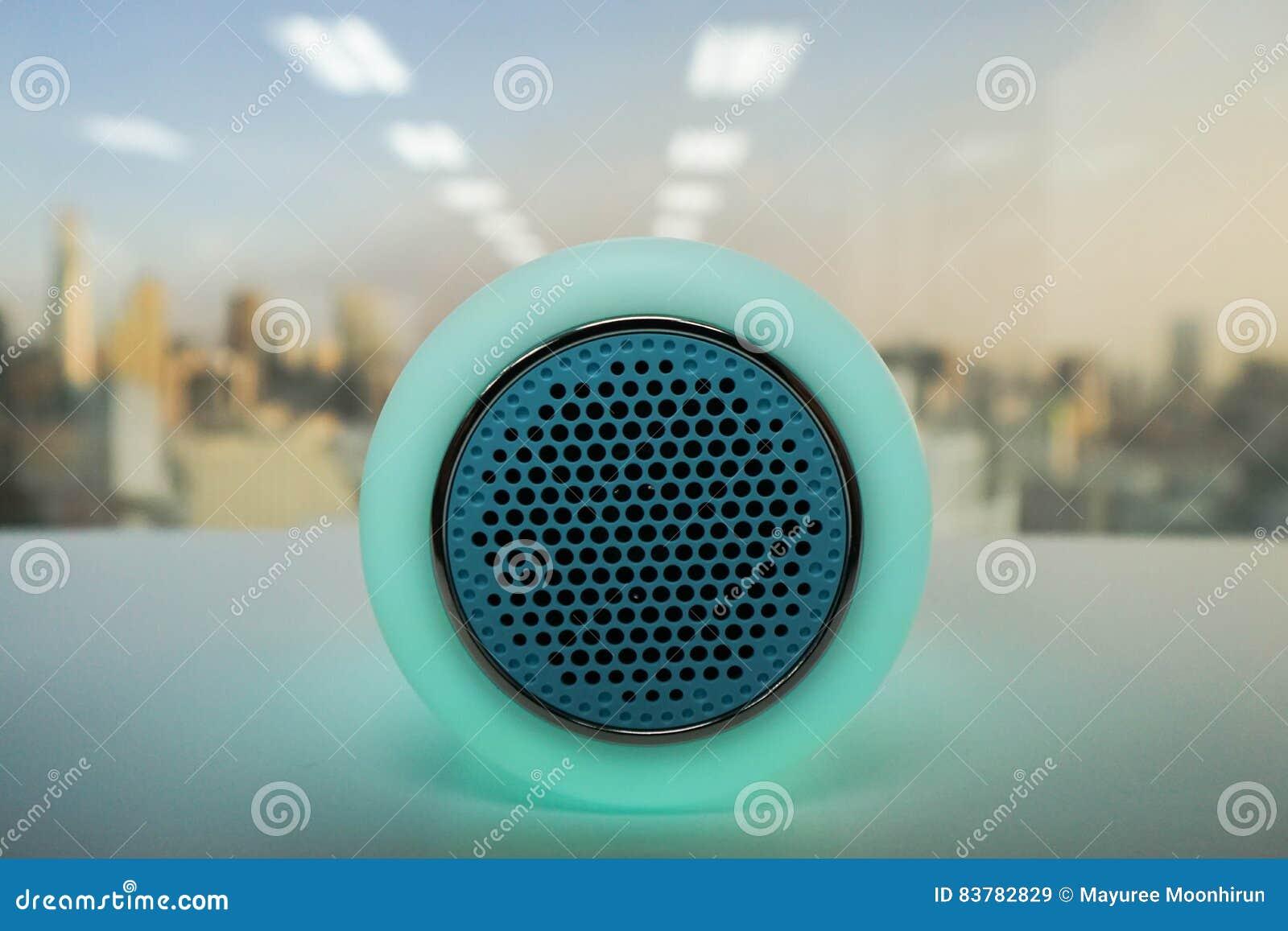 Muziek Badkamer Draadloos : De slimme lamp van de muziek draadloze spreker in groen stock