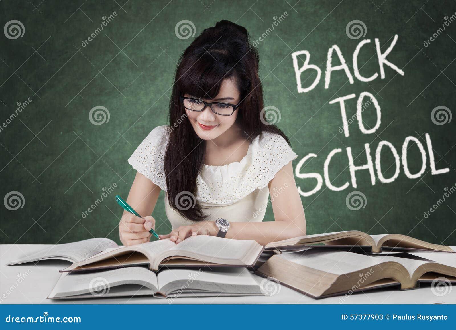 De slimme student terug naar school schrijft op de boeken