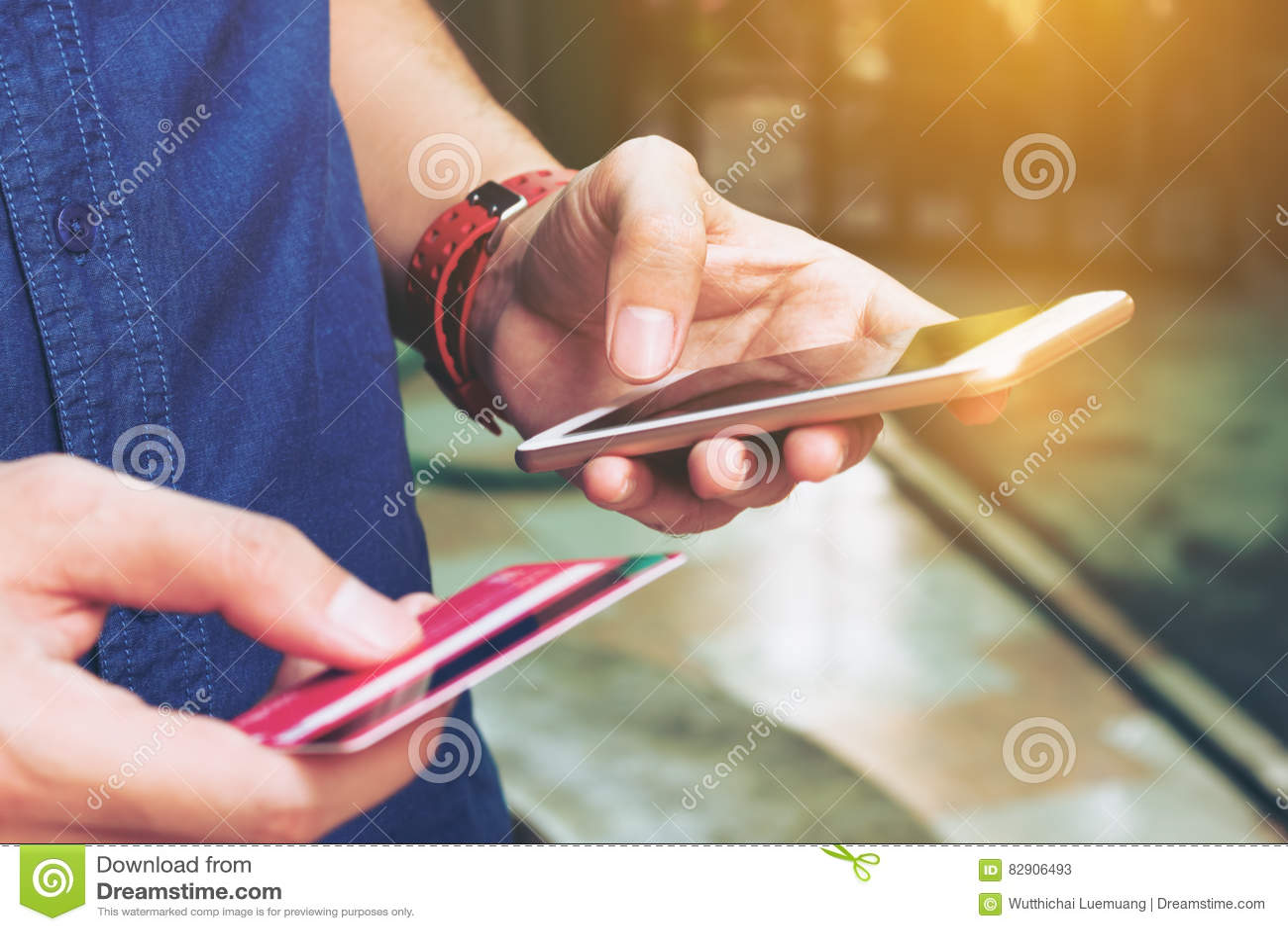 De slimme telefoon van het mensengebruik en holdingscreditcard met online het winkelen