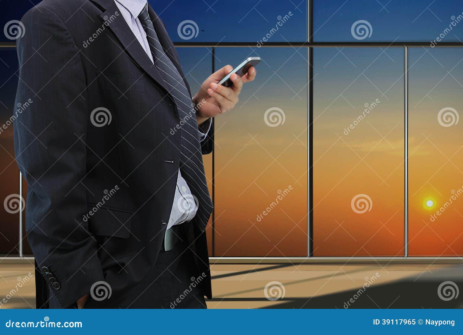 De slimme telefoon van het zakenmanspel