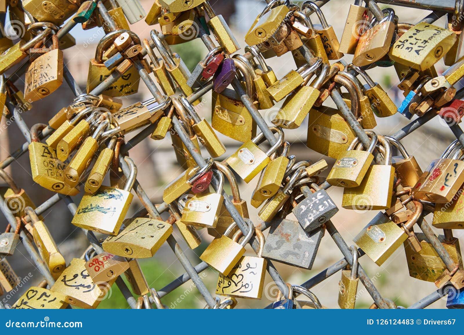 De sloten zijn in bijlage aan de brug De traditie van het huwelijk Heel wat Gouden sloten
