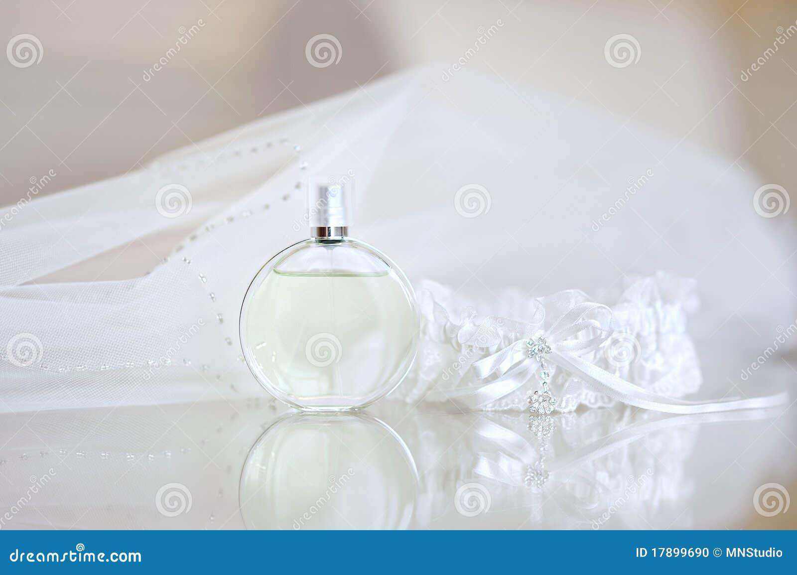 De sluier van het huwelijk, parfum en een kouseband
