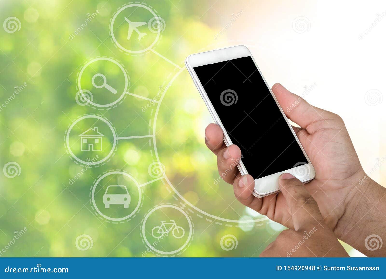 De smartphones mobiele telefoon van de handholding met abstracte natuurlijke bokehachtergrond