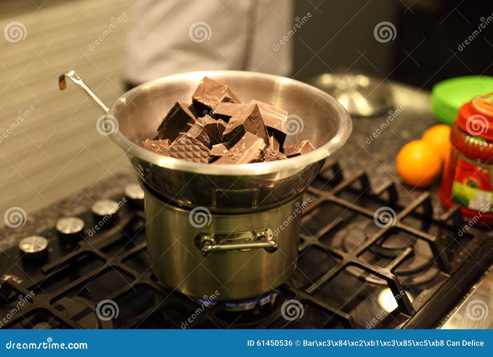 De smeltende chocolade van de Benmaristijl op de oven