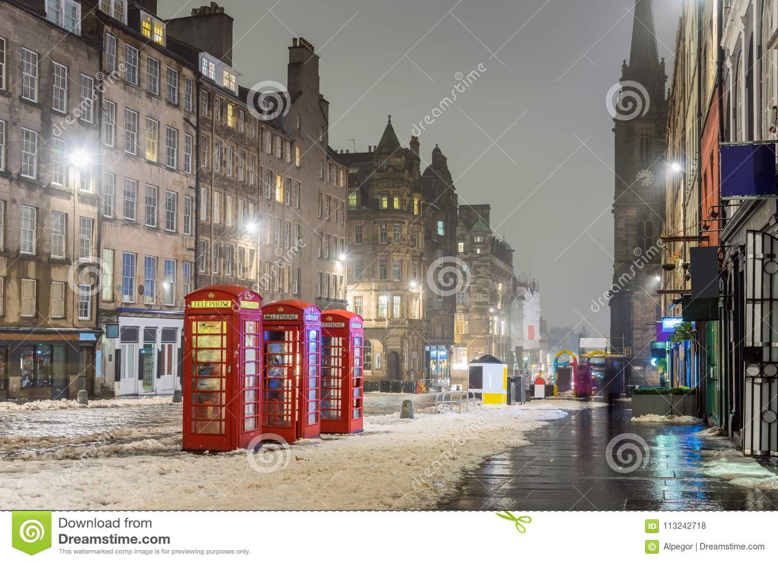 De sneeuw behandelde Koninklijke Mijl in Edinburgh op een Mistige de Winterdag