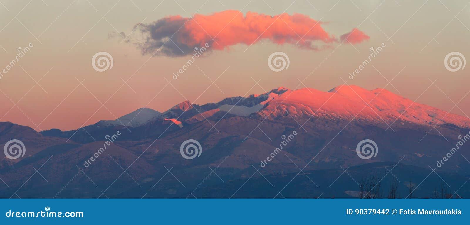 De sneeuw caped berg gluurt