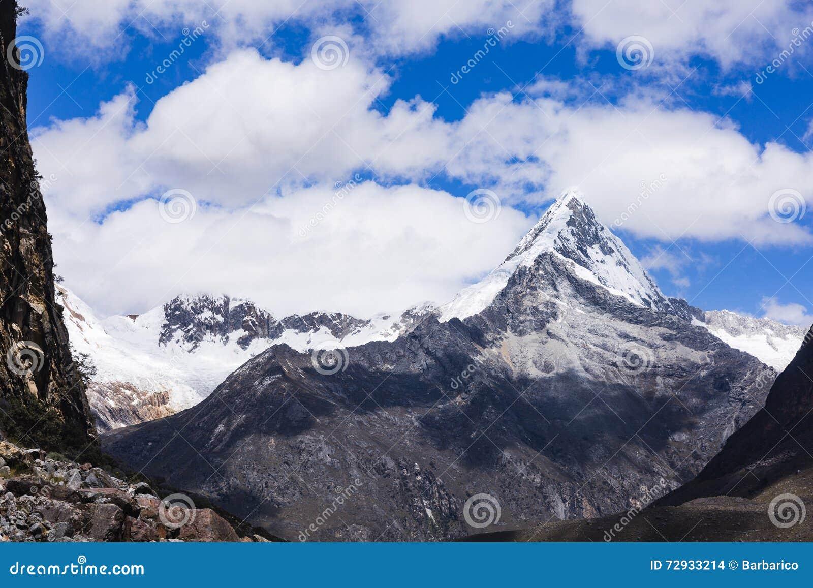 De sneeuw caped bergen in het Nationale Park van Huascaran