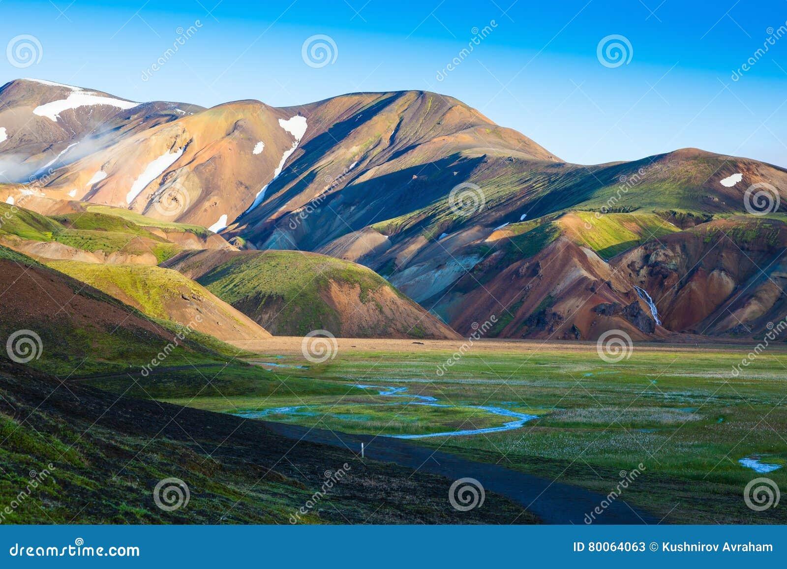 De sneeuw ligt in kleurrijke ryolietbergen