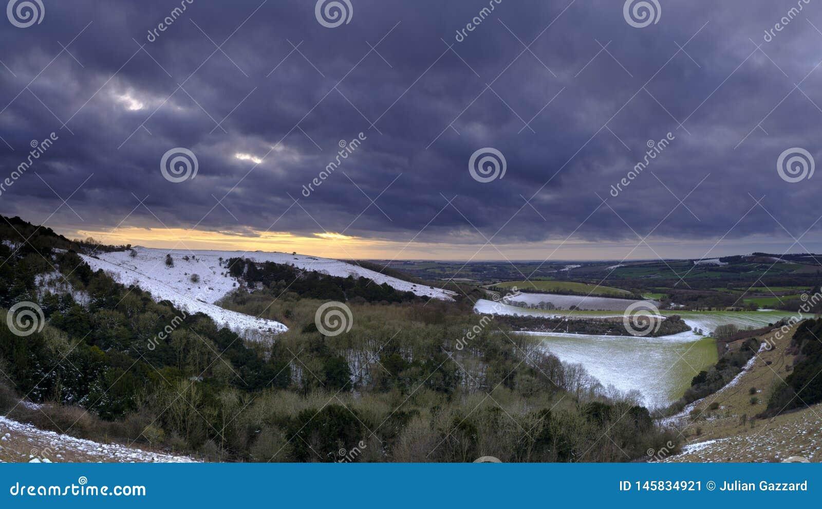 De sneeuwzonsondergangmening over de Meon-Vallei naar de Oude Heuvel van Winchester, Zuiden verslaat Nationaal Park, Hampshire, h