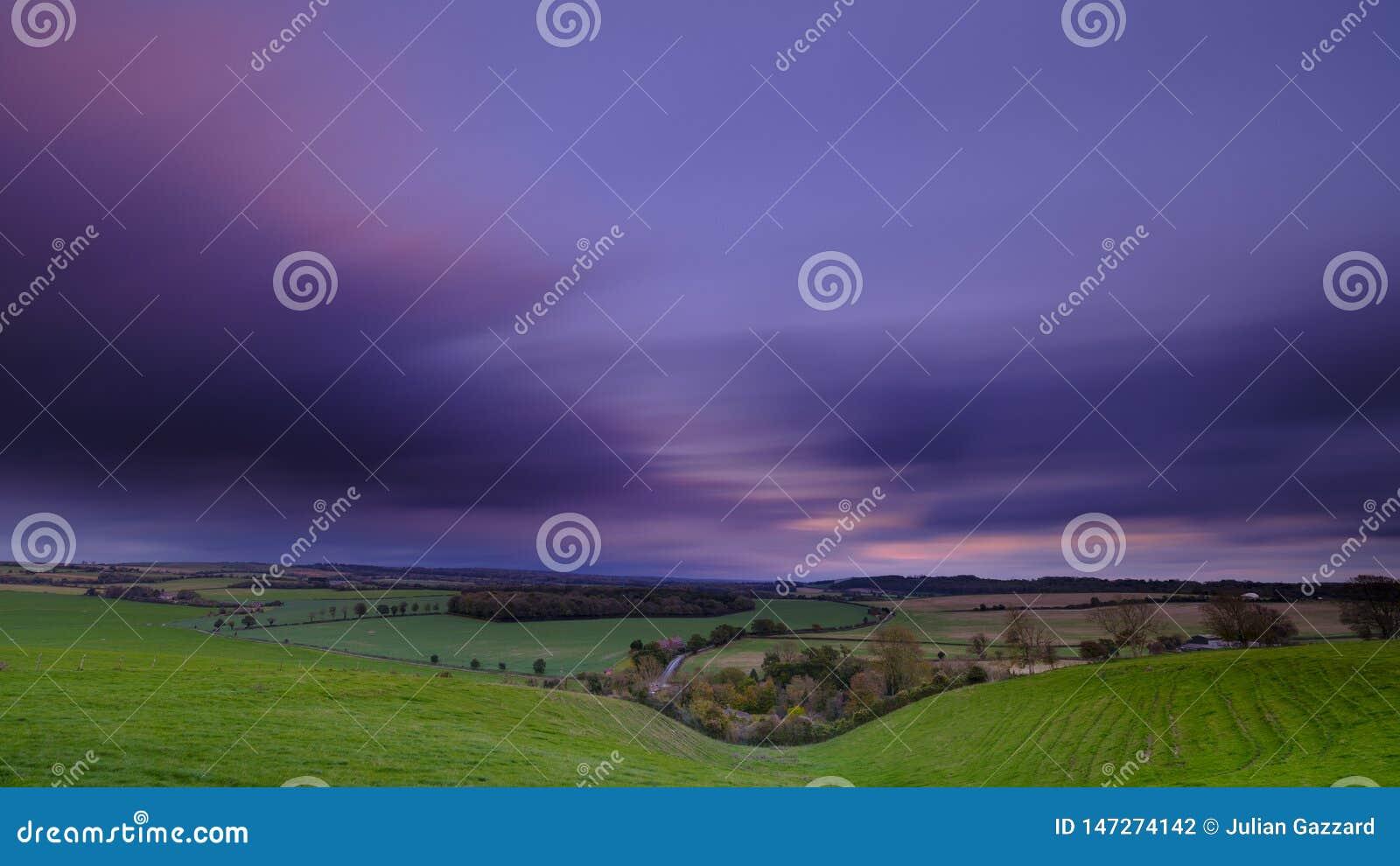 De snelheid van het Lonfblind van kleurrijke de herfstzonsondergang over vallei van Hambledon die naar Brede Halfpenny, op de ran