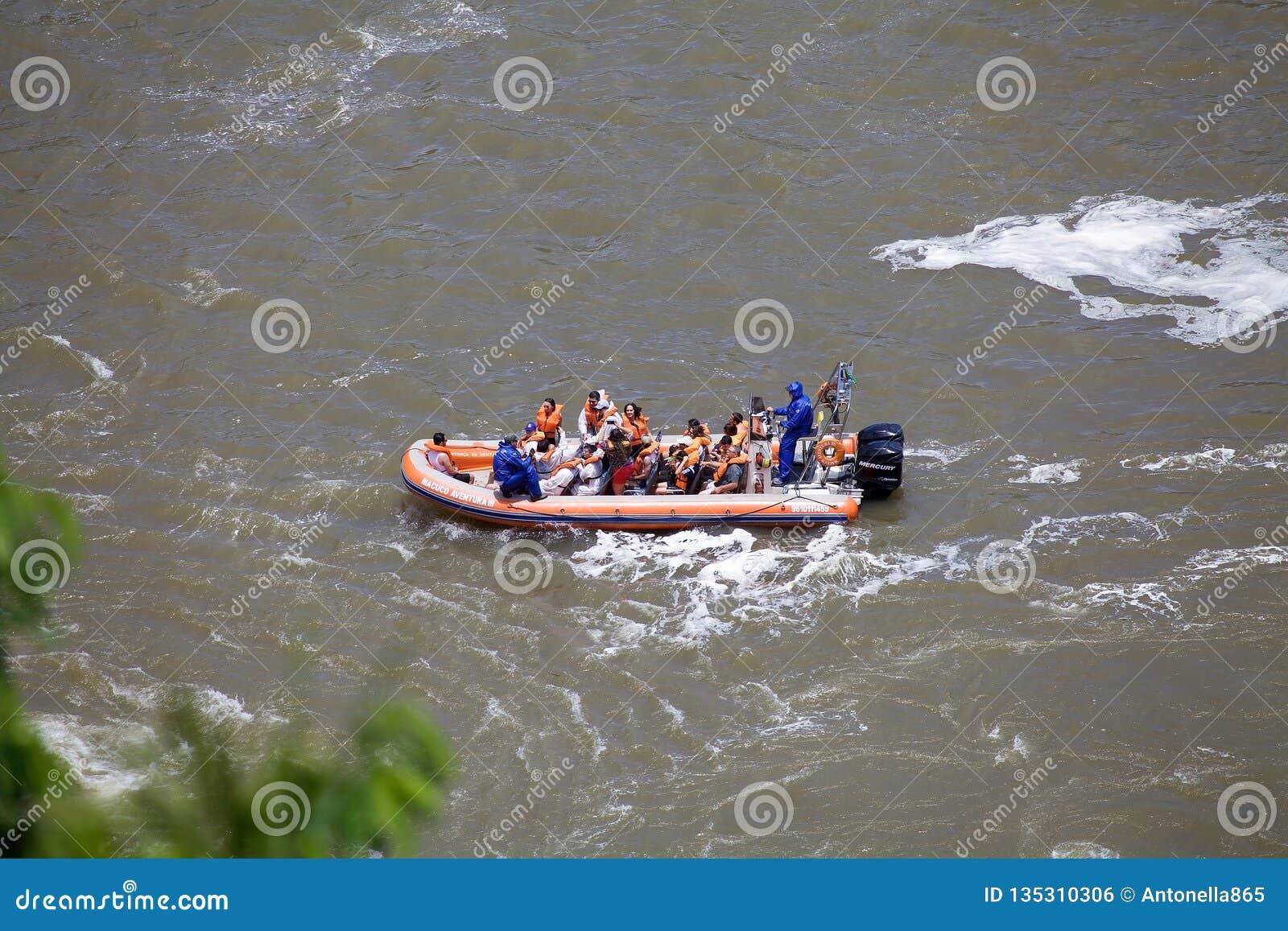 De snelheidsboot op de Iguazu-rivier in Iguazu valt, mening van de kant van Brazilië