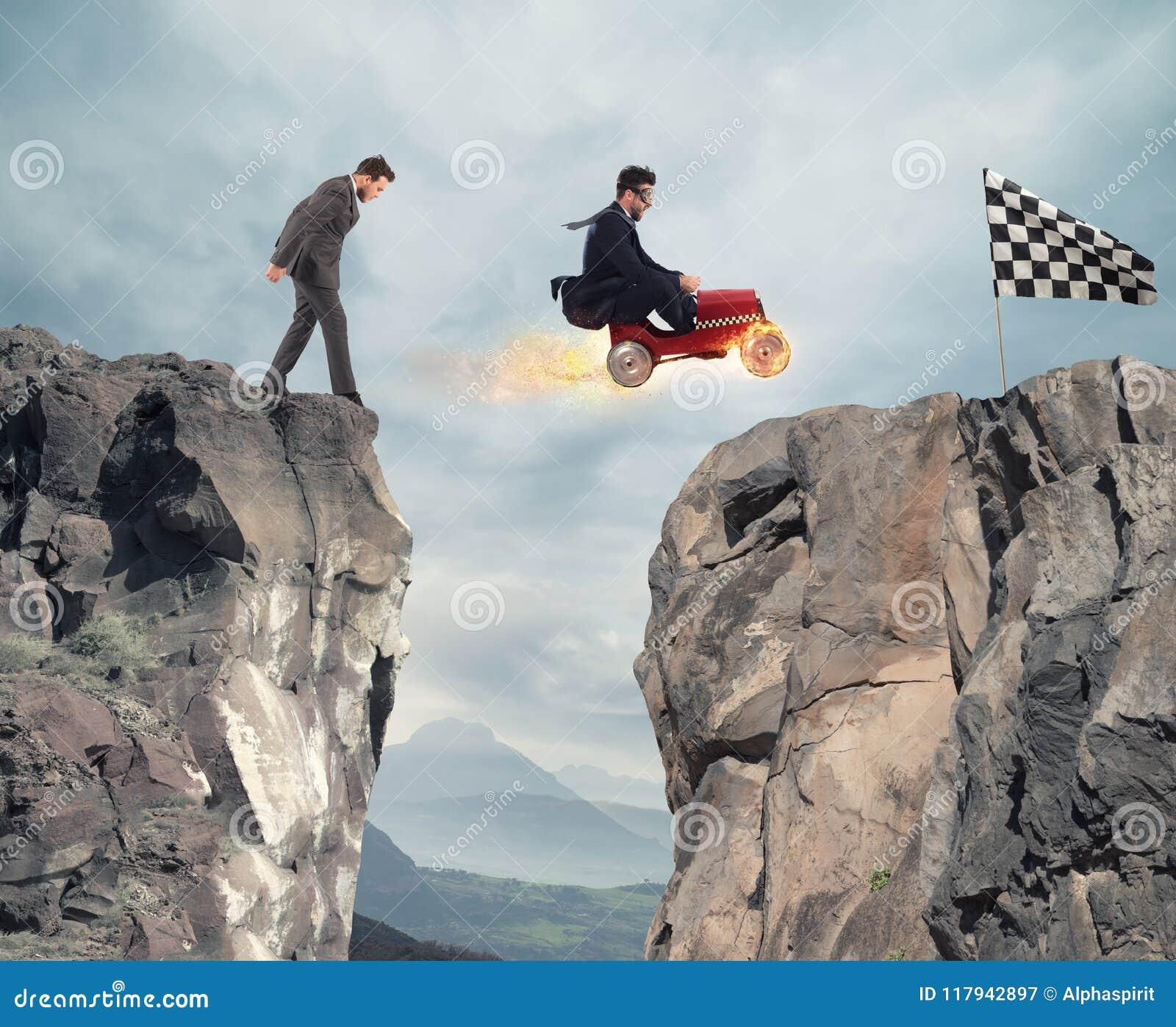 De snelle zakenman met een auto wint tegen de concurrenten Concept succes en de concurrentie