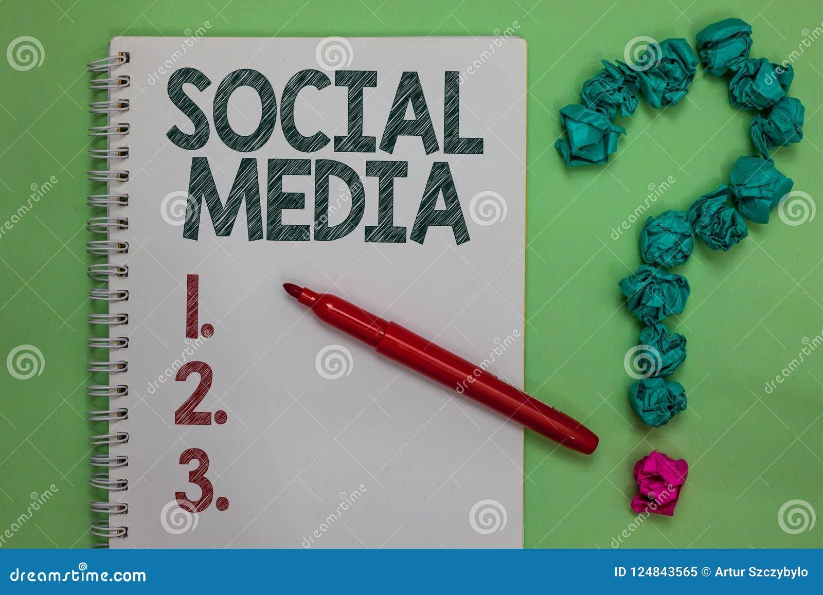 De Sociale Media van de handschrifttekst Concept die Online verfrommelde het Notitieboekjeteller betekenen van Microblogging van