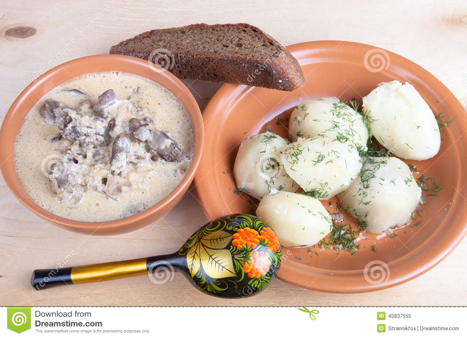De soep van chiken lever en gekookte aardappel met dille op een houten boa