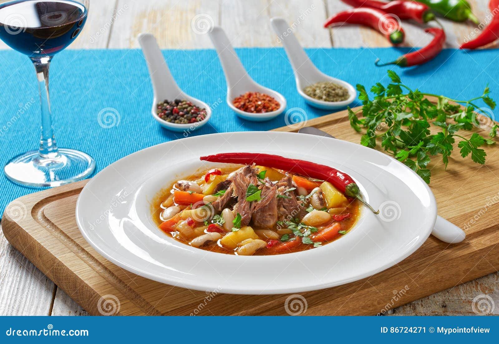 De soep van het ossestaartvlees met wortelgewassen, bonen