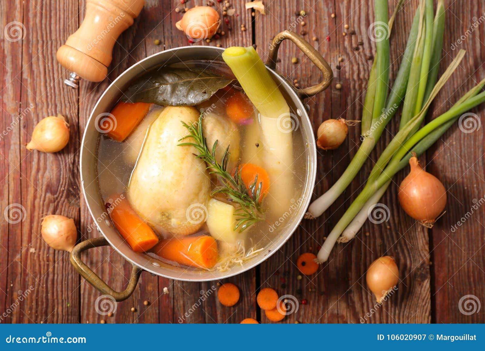De soep van de kippenbouillon