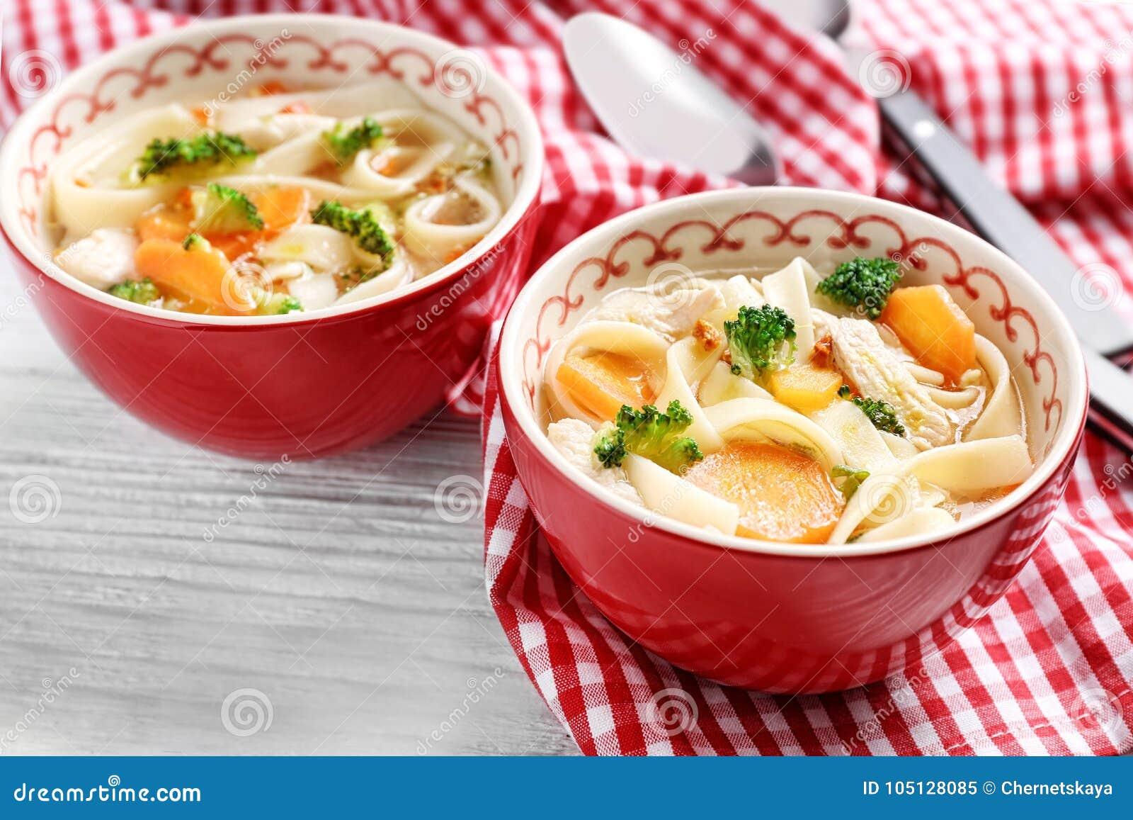 De soep van de kippennoedel in kommen