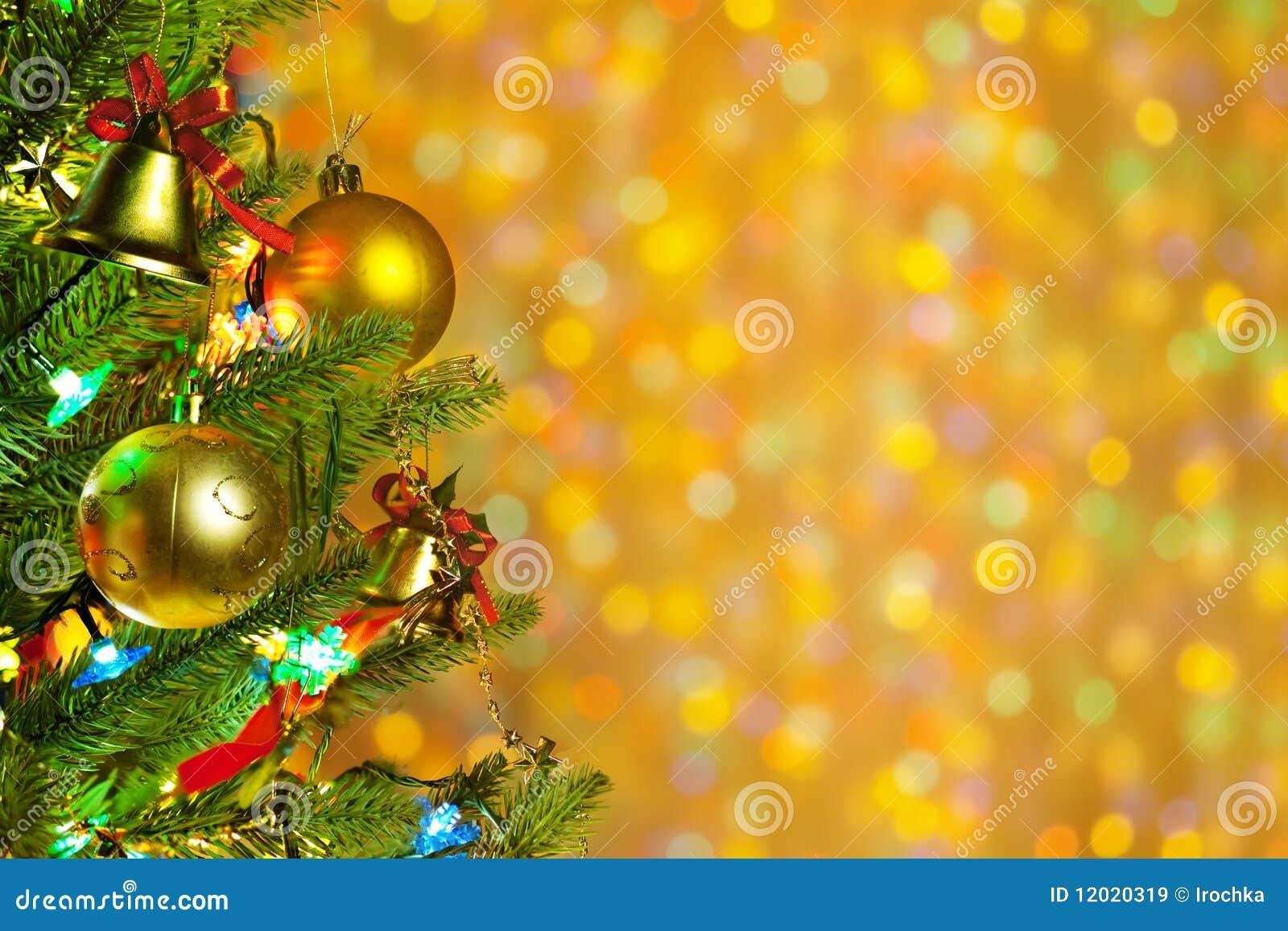 De spar van Kerstmis met kleurrijke lichten sluit omhoog